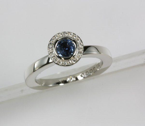 Noor witgouden ring met saffier